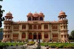 Les visiteurs errent dans les jardins extérieurs de la Karachi le Sind Pakistan de musée de palais de Mohatta Images stock