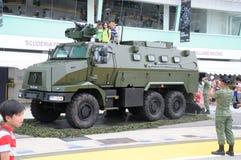 Les visiteurs explorant Renault Higuard ont protégé le véhicule de réponse à la Chambre ouverte 2017 d'armée à Singapour Images libres de droits