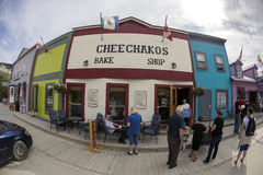 Les visiteurs explorent Dawson City Photographie stock