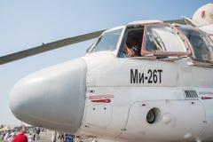 Les visiteurs explorent la carlingue de l'hélicoptère de MI-26T Photo libre de droits