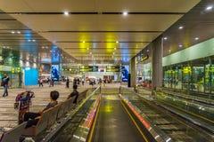 Les visiteurs marchent autour du départ Hall dans l'aéroport Singapour de Changi Photos stock