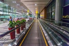 Les visiteurs marchent autour du départ Hall dans l'aéroport Singapour de Changi Photographie stock