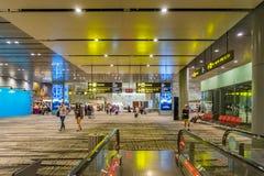 Les visiteurs marchent autour du départ Hall dans l'aéroport Singapour de Changi Images libres de droits