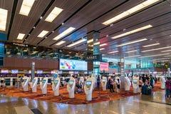 Les visiteurs marchent autour du départ Hall dans l'aéroport Singapour de Changi Photos libres de droits