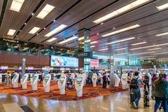 Les visiteurs marchent autour du départ Hall dans l'aéroport Singapour de Changi Photo stock