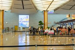 Les visiteurs marchent autour du départ Hall dans l'aéroport Singapour de Changi Images stock
