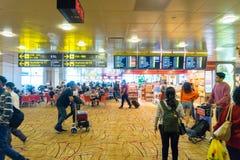 Les visiteurs marchent autour du départ Hall dans l'aéroport Singapour de Changi Photo libre de droits