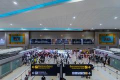 Les visiteurs marchent autour du départ Hall en Don Muang International A Photographie stock libre de droits