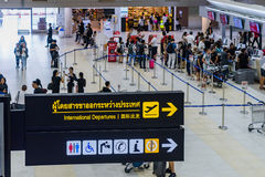 Les visiteurs marchent autour du départ Hall en Don Muang International A Images stock
