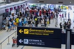 Les visiteurs marchent autour du départ Hall en Don Muang International A Photo libre de droits