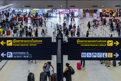Les visiteurs marchent autour du départ Hall en Don Muang International A Image libre de droits