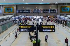 Les visiteurs marchent autour du départ Hall en Don Muang International A Photos libres de droits
