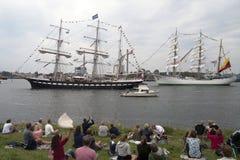 Les visiteurs observent les bateaux grands de vintage Photo stock