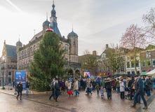 Les visiteurs passant un grand arbre de Noël chez le Waag ajustent dans la vieille ville Image stock