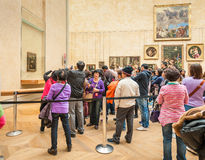 Les visiteurs prennent la photo autour du Léonard de Vinci Images libres de droits