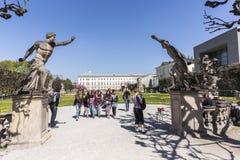 Les visiteurs quittent le parc de jardins de Mirabell à Salzbourg image libre de droits