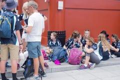 Les visiteurs s'asseyent dans le temple de Sensoji Image libre de droits
