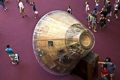 Les visiteurs se réunissent autour du module de command d'Apollo 11 à l'intérieur du musée d'air et d'espace dans DC de Washington Photo libre de droits