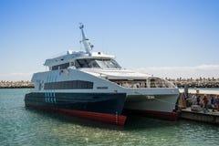 Les visiteurs vers l'île de Robben arrivent en le catamaran de l'eau de V&A Image libre de droits