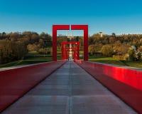 Les voûtes rouges du pont au-dessus du fond de ciel bleu Image stock
