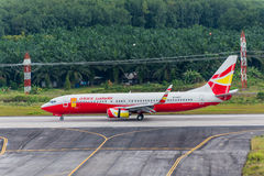 Les voies aériennes chanceuses d'air surfacent l'atterrissage à l'aéroport de Krabi Image stock