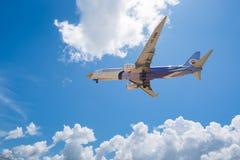 Les voies aériennes d'air de NOK surfacent l'atterrissage à l'aéroport de Phuket Image stock