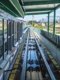 Les voies de Pisamover et le terminal d'embarquement à l'aéroport - PISE ITALIE - 13 septembre 2017 Photos stock