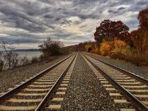 Les voies de train s'étendent en avant Photographie stock libre de droits