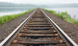 Les voies ferrées disparaissent dans la brume Photo libre de droits