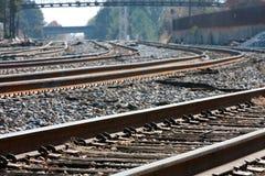 Les voies multiples de train se courbent dans l'horizon Photographie stock libre de droits