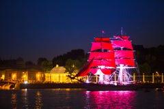 Les voiles d'écarlate de célébration montrent pendant le festival de nuits blanches, St Petersburg, Russie Image libre de droits