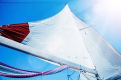 Les voiles d'une navigation font de la navigation de plaisance dans le vent photos stock