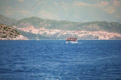 Les voiles de bateau sur la mer Image stock