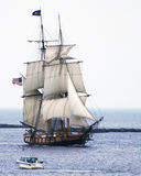 Les voiles de Niagara Tallship s'ouvrent images stock