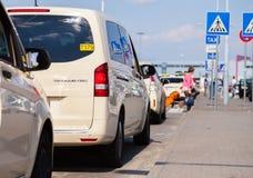 Les voitures allemandes de taxi se tient sur l'aéroport Image libre de droits