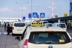 Les voitures allemandes de taxi se tient sur l'aéroport Image stock