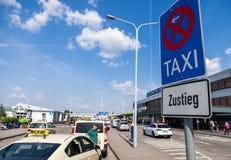 Les voitures allemandes de taxi se tient sur l'aéroport Photo stock