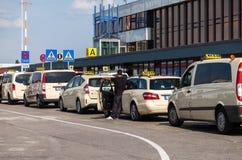 Les voitures allemandes de taxi se tient sur l'aéroport Photographie stock libre de droits