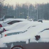 Les voitures d'hiver ont couvert la neige Images libres de droits