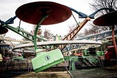 Les voitures d'un vieux carrousel dans le dendro se garent, Kropyvnytskyi, Ukraine photographie stock