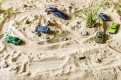 Les voitures de course sur le sable concurrencent dans le jeu Photos stock
