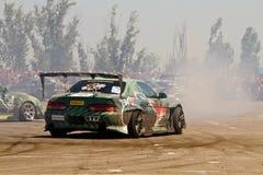 Les voitures de dérive team rond-x écrit la courbure avec le glissement Photos stock