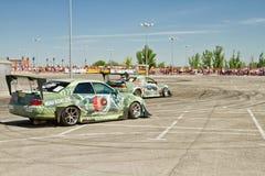 Les voitures de dérive team X-rond écrit la courbure avec le glissement Photos stock
