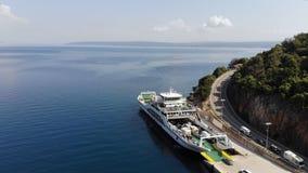 Les voitures de ferry-boat entrant banque de vidéos