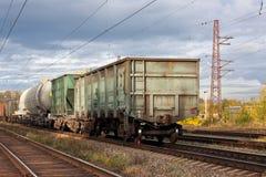 Les voitures de fret sont sur les voies de chemin de fer photos libres de droits