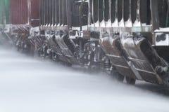 Les voitures de fret vont sur la neige ont couvert des rails image stock