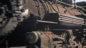 1972 : Les voitures de train de charbon Denver et Rio Grande prennent des passagers à travers le Colorado banque de vidéos