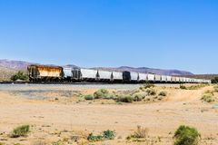 Les voitures de train de fret se sont arrêtées sur un secteur de désert, le comté d'Inyo, la Californie photos libres de droits