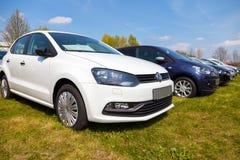 Les voitures de Volkswagen se tient sur le concessionnaire automobile Images libres de droits