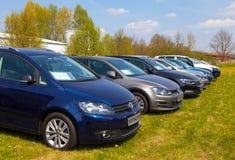 Les voitures de Volkswagen se tient sur le concessionnaire automobile Photos stock